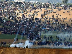 Israeli occupation forces fire on Palestinian protesters at the Gaza border